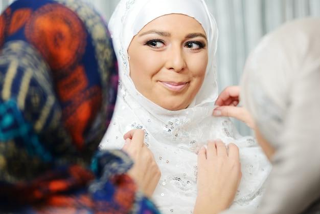 아름 다운 젊은 동양 신부 결혼식을위한 준비