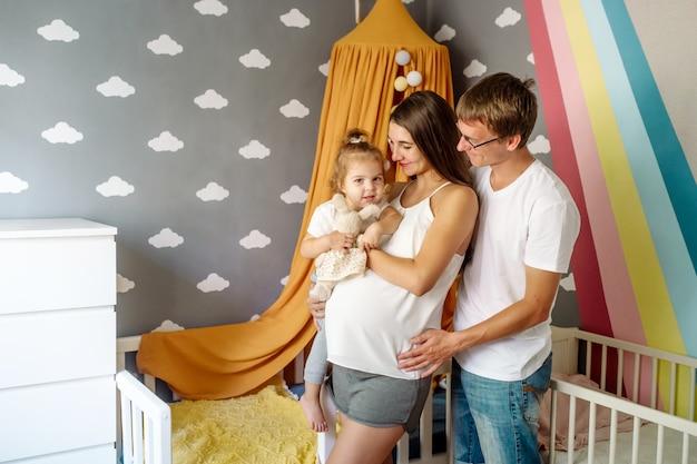 妊娠中の母親を持つ美しい若い親は少しおかしい娘を持っています