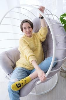 自宅でリラックスした美しい若い妊婦