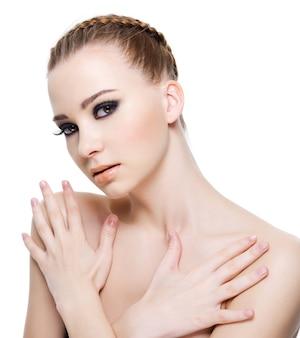 Bella giovane donna di sensualità con le mani sul corpo - isolato su bianco