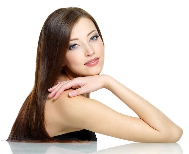 긴 직선 빨간 머리를 가진 아름 다운 젊은 섹시 한 여자-흰색 절연