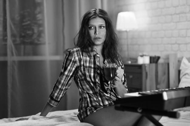 自宅のベッドの寝室で美しい若いセクシーな女性