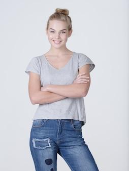 Bella giovane donna caucasica sorridente in posa su sfondo bianco