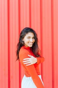 Красивая молодая женщина улыбается, глядя на камеру