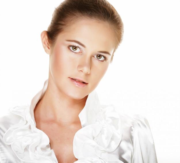Красивая молодая улыбающаяся женщина со здоровой кожей