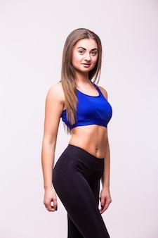 Bella giovane donna muscolare sportiva, isolata su sfondo bianco