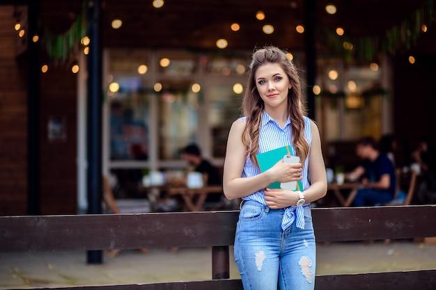 Красивая молодая девушка студента с книгой
