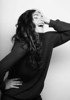 美しい若い驚く女性。スタジオ撮影。
