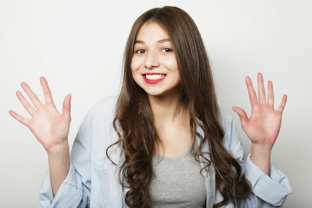 Красивая молодая удивленная женщина. студийный снимок.
