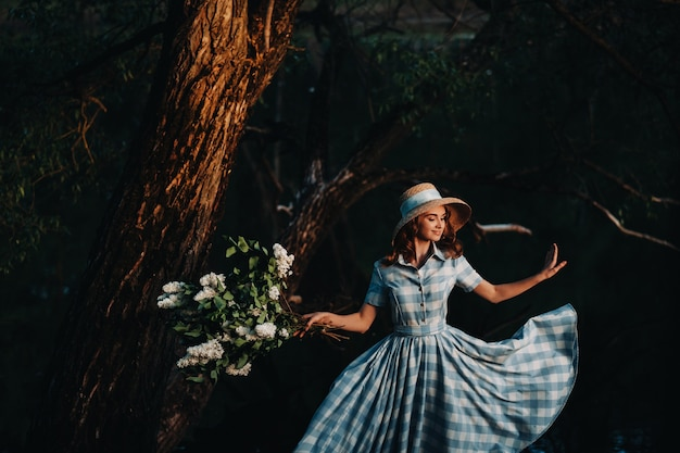 Красивая молодая нежная девушка с букетом цветов. очаровательная барышня с букетом сирени. сирень. красивая девушка в сирени.