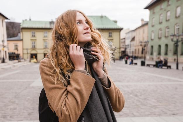通りを歩いている美しい若い観光客の女性。