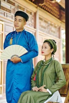 결혼식에서 전통 드레스를 입은 아름다운 젊은 베트남 부부