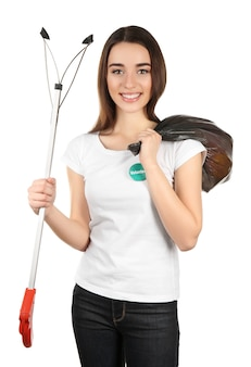 화이트에 쓰레기 봉투와 함께 아름 다운 젊은 자원 봉사