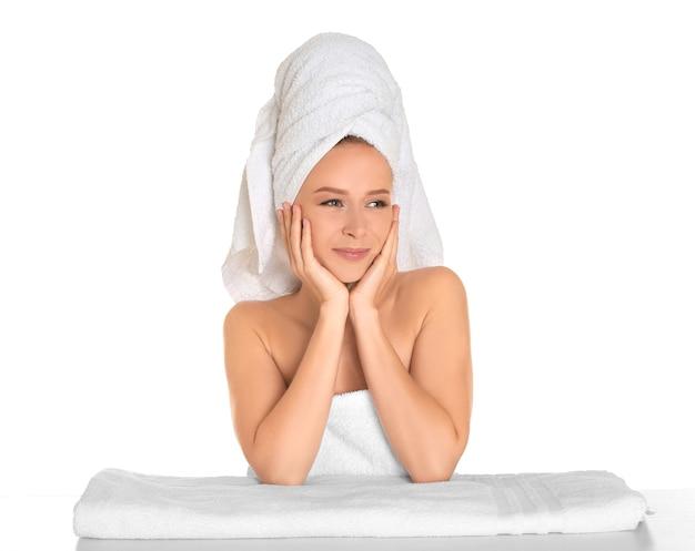 白い表面で入浴後の美しい若い女性