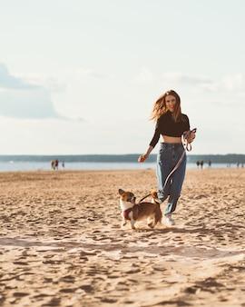 Красивая молодая женщина и щенок корги