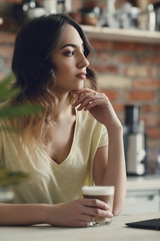 自宅で美しい若い女性