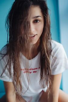 Bella giovane donna in bagno.