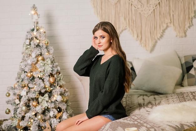 선물을 여는 동안 재미, 집에서 크리스마스를 축하하는 아름 다운 젊은 여자