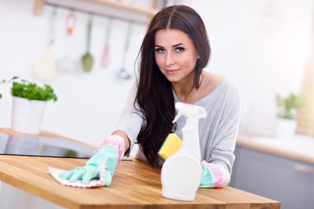 부엌을 청소하는 아름 다운 젊은 여자