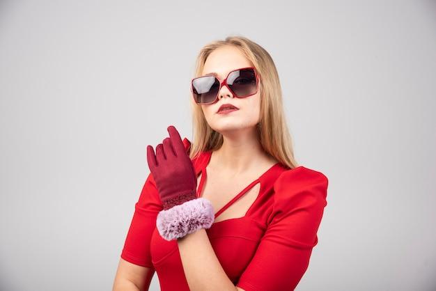 Bella giovane donna in abito da cocktail che sembra alla moda.