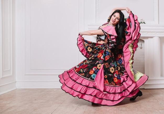 아름 다운 젊은 여자 댄서는 집시 댄스를 수행합니다.