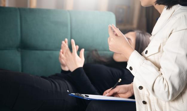 여성 심리학자와 그녀의 문제를 논의하는 아름 다운 젊은 여자