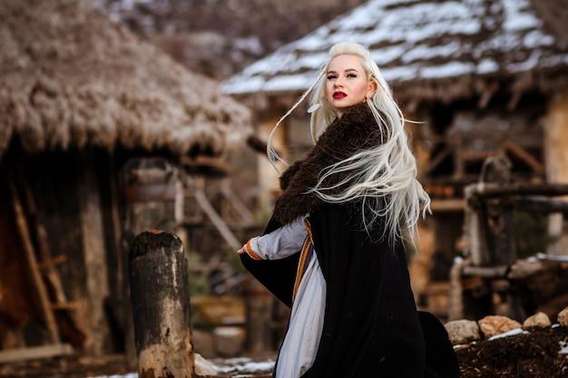 Красивая молодая женщина, одетая в одежду викинга