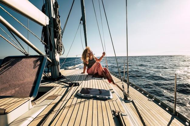 美しい若い女性は夏休みを楽しんでいます