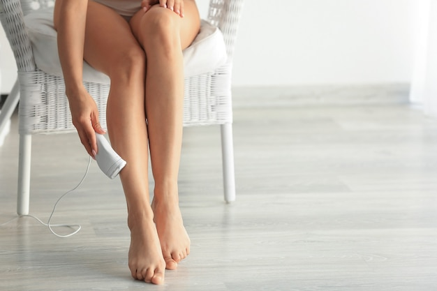 Красивая молодая женщина, эпиляция ног дома