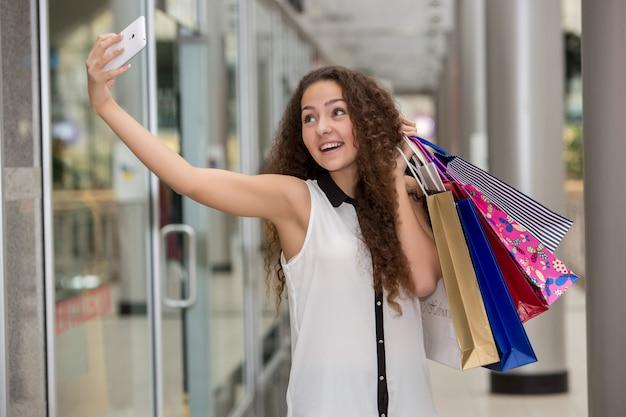 아름 다운 젊은 여자 쇼핑 간다