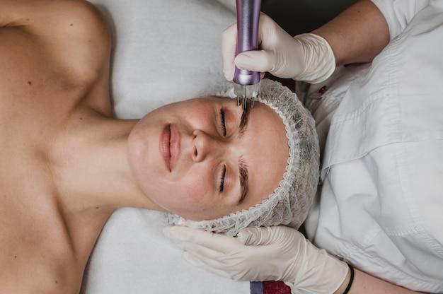 Красивая молодая женщина, имеющая косметическое лечение