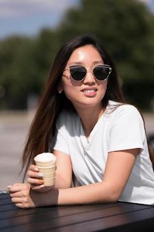 Красивая молодая женщина, держащая мороженое