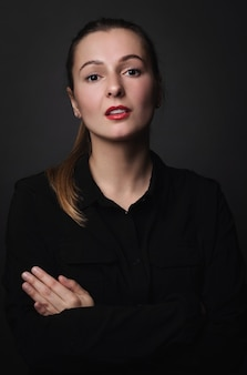 黒のシャツを着た美しい若い女性