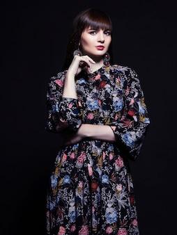 シルクのドレスで美しい若い女性。