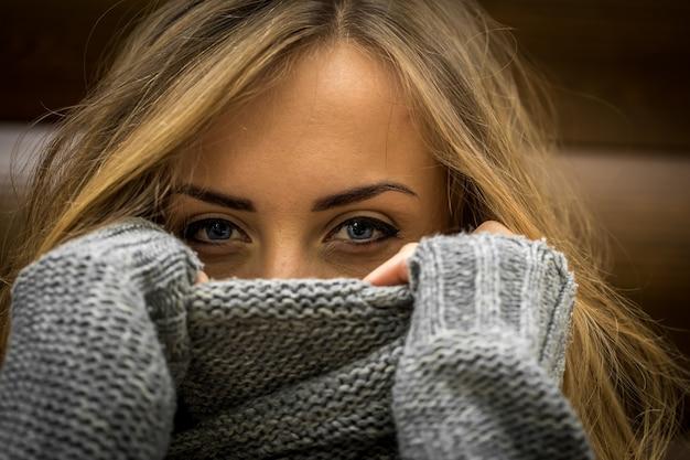 長い髪のセーターの美しい若い女性