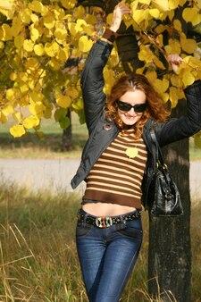 가 공원에서 아름 다운 젊은 여자