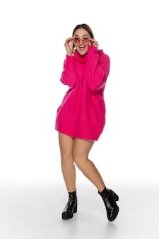 밝은 분홍색 편안한 스웨터를 입은 아름다운 젊은 여성, 흰색으로 격리된 긴 소매