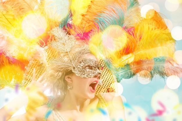 カーニバルマスクの美しい若い女性仮面舞踏会のマスクを身に着けている美容モデルの女性