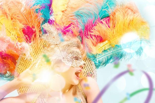 Красивая молодая женщина в карнавальной маске модель красоты женщина носить маскарад