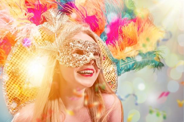 カーニバルマスクの美しい若い女性仮面舞踏会を身に着けている美容モデルの女性