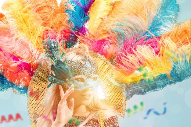 Красивая молодая женщина в карнавальной маске
