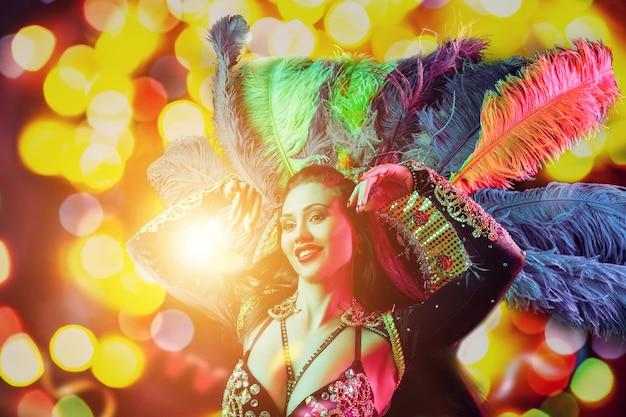 카니발 공작 의상에서 아름 다운 젊은 여자 휴가 동안 파티에서 뷰티 모델 여자