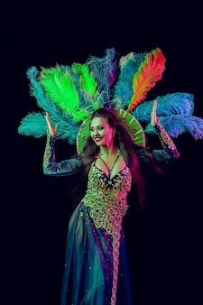 카니발 공작 의상에서 아름 다운 젊은 여자 파티에서 뷰티 모델 여자