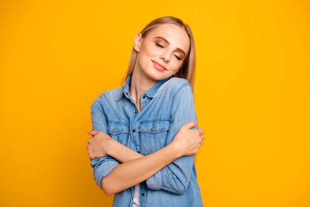 カジュアルな服装の美しい若い女性