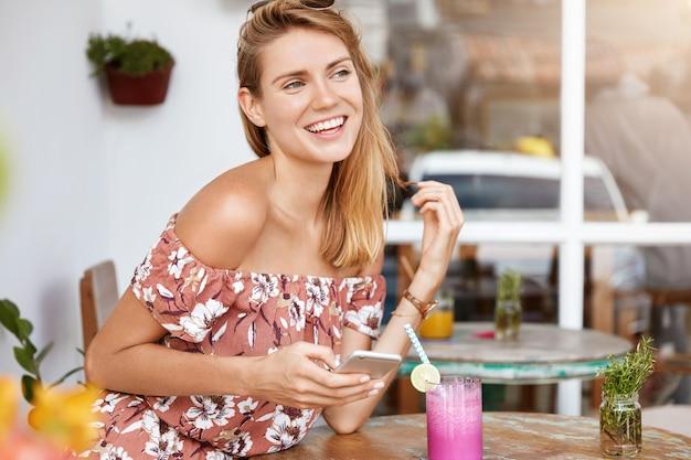 카페에서 드레스에 아름 다운 젊은 여자