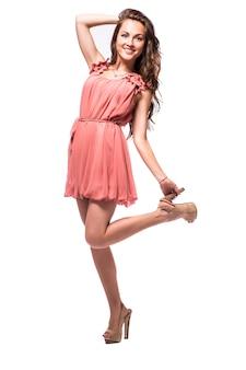 드레스 산책에 아름 다운 젊은 여자는 흰색 배경에 고립