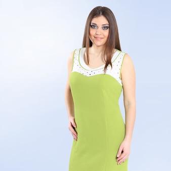 エレガントな夏のドレスを着た美しい若い女性。白い背景に分離