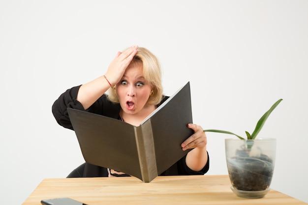 Красивая молодая женщина в очках за столом с документами