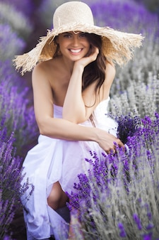 Красивая молодая женщина в лавандовом поле