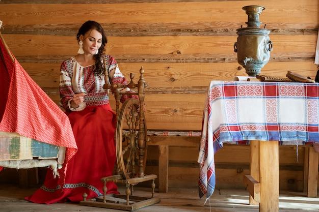 Красивая молодая женщина в национальном костюме